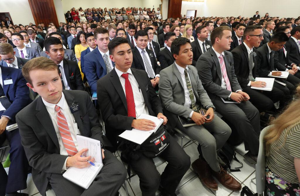 Alguns missionários ouvem o Presidente Russell M. Nelson de A Igreja de Jesus Cristo dos Santos dos Últimos Dias, e o Élder Gary E. Stevenson, do Quórum dos Doze Apóstolos, durante uma reunião em Lima, no Peru, no dia 20 de outubro de 2018.