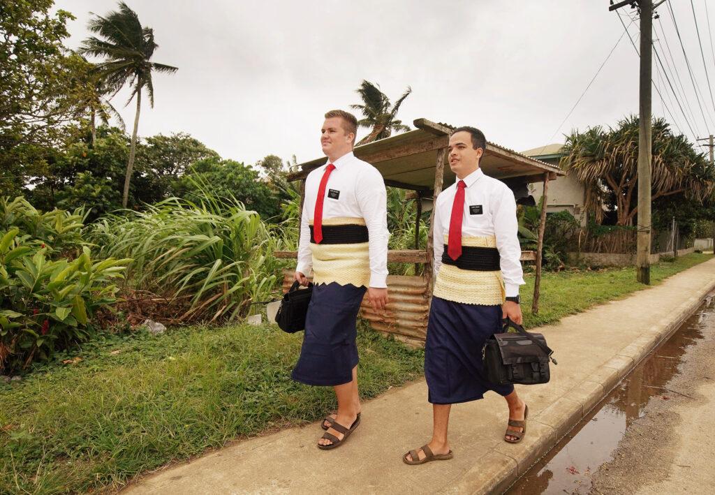 Os élderes Jason Andersen e Chet Norman fazem o trabalho missionário em Tonga, no dia 22 de maio de 2019.
