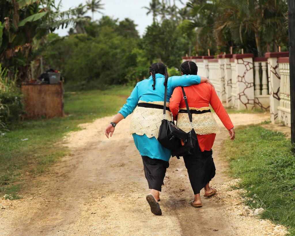 As sísteres Lavei Taufa e Florence Meta fazem o trabalho missionário em Tonga, no dia 22 de maio de 2019.
