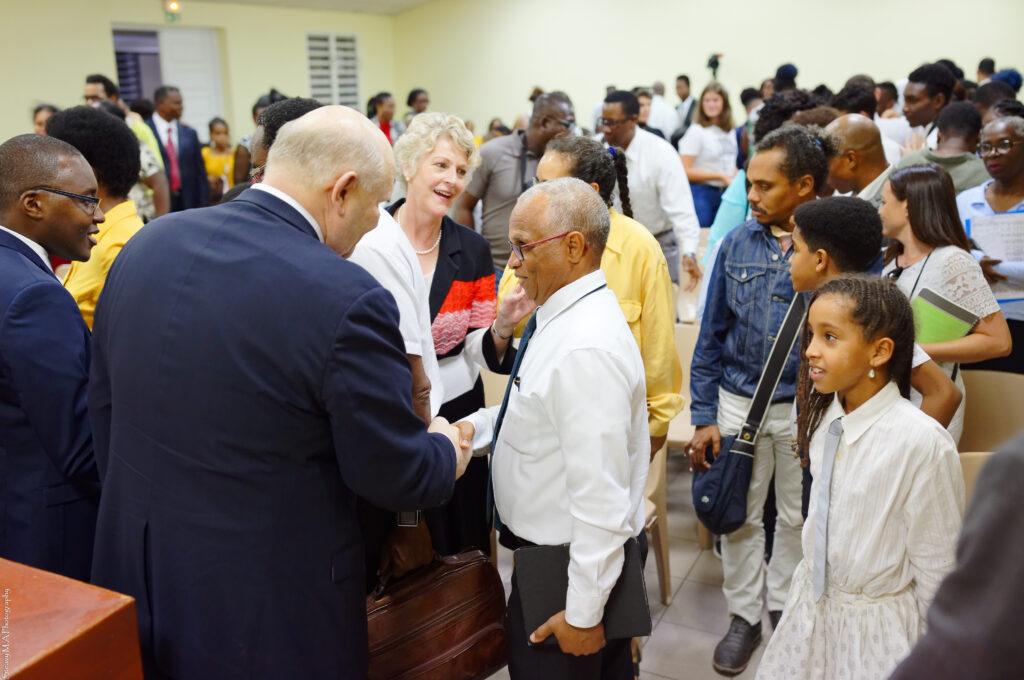 Élder Dale G. Renlund aperta a mão de membros em Guadalupe no dia 17 de fevereiro, 2020. O apóstolo visitou a Área Caribe como parte da avaliação anual da Área Caribe.