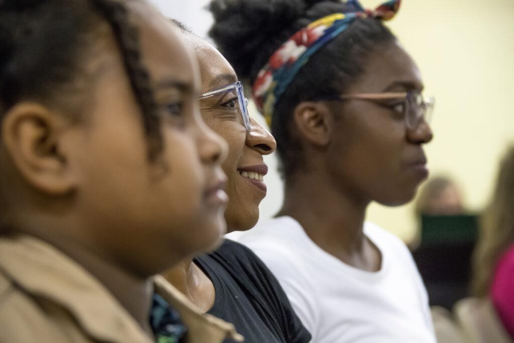 Membros em Dominica escutam em uma reunião com o Élder Dale G. Renlund, durante a visita do apóstolo à Área Caribe no dia 16 de fevereiro, 2020.