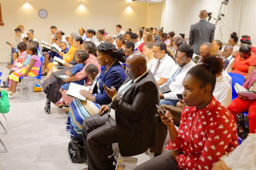 Membros em Martinica cantam durante uma reunião com o Élder Dale G. Renlund no dia 18 de fevereiro, 2020. O apóstolo visitou a Área Caribe como parte da avaliação anual da Área Caribe.