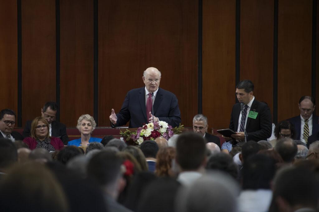 Élder Dale G. Renlund fala em uma conferência de liderança em Porto Rico no dia 15 de fevereiro, 2020.