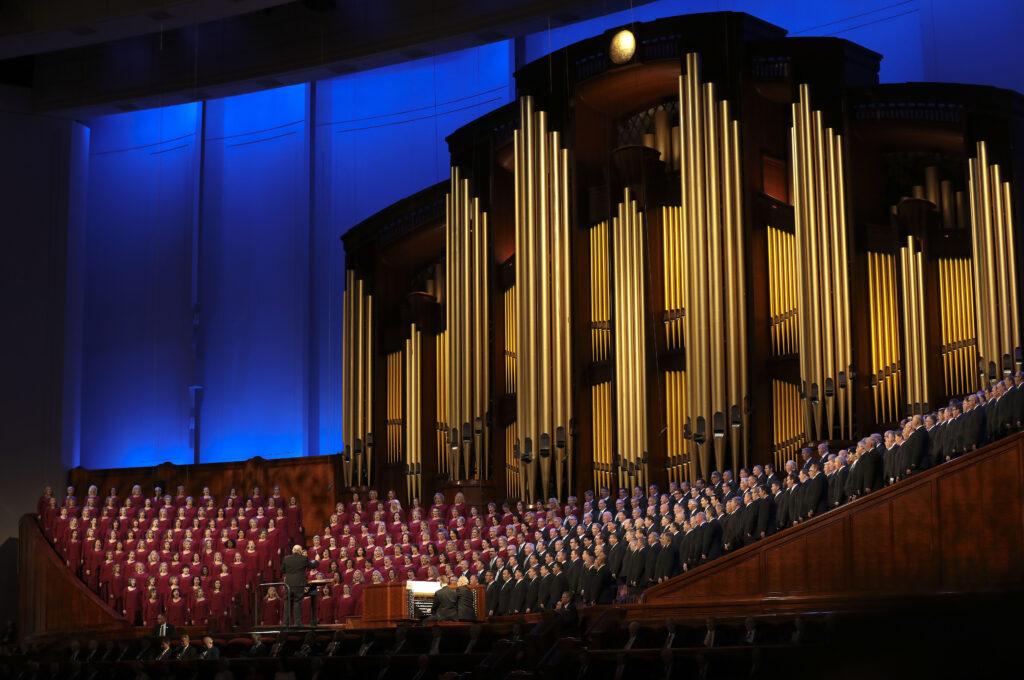 """O Coro do Tabernáculo, na Praça do Templo, se apresenta durante o programa """"Música e Palavras de Inspiração"""", antes da sessão da manhã de domingo da 189ª Conferência Geral Semestral de A Igreja de Jesus Cristo dos Santos dos Últimos Dias, no Centro de Conferências em Salt Lake City, no dia 6 de outubro de 2019."""