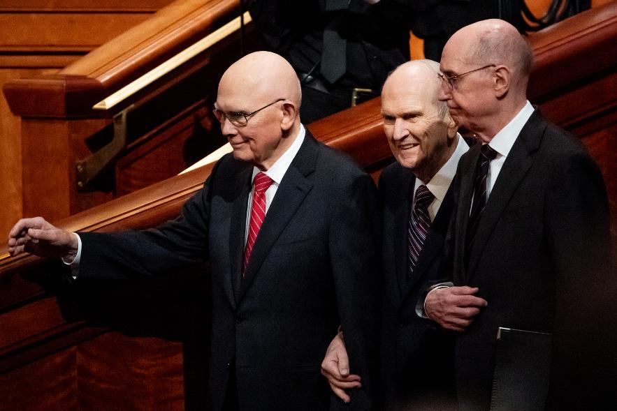 O Presidente Russell M. Nelson, ao centro, o Presidente Dallin H. Oaks, primeiro conselheiro na Primeira Presidência, à esquerda, e o Presidente Henry B. Eyring, segundo conselheiro na Primeira Presidência, à direita, entram juntos no início da sessão da manhã de sábado da 189ª Conferência Geral Semestral de A Igreja de Jesus Cristo dos Santos dos Últimos Dias no Centro de Conferências em Salt Lake City no sábado, dia 5 de outubro de 2019.