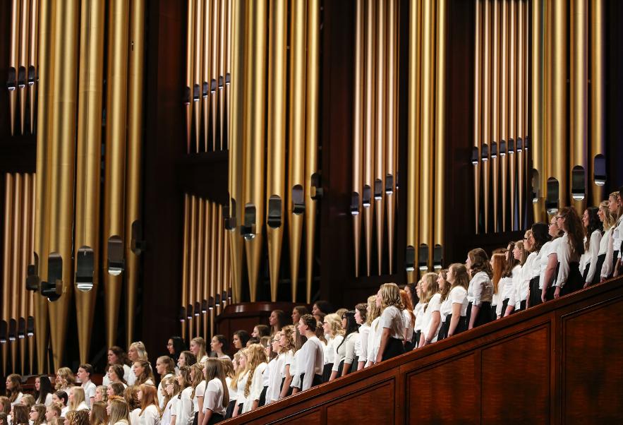 Um coro, formado por meninas da Primária e das Moças das estacas de West Jordan, se apresenta durante a sessão das mulheres na 189ª Conferência Geral Semestral de A Igreja de Jesus Cristo dos Santos dos Últimos Dias, no Centro de Conferências em Salt Lake City, no sábado, dia 5 de outubro de 2019.