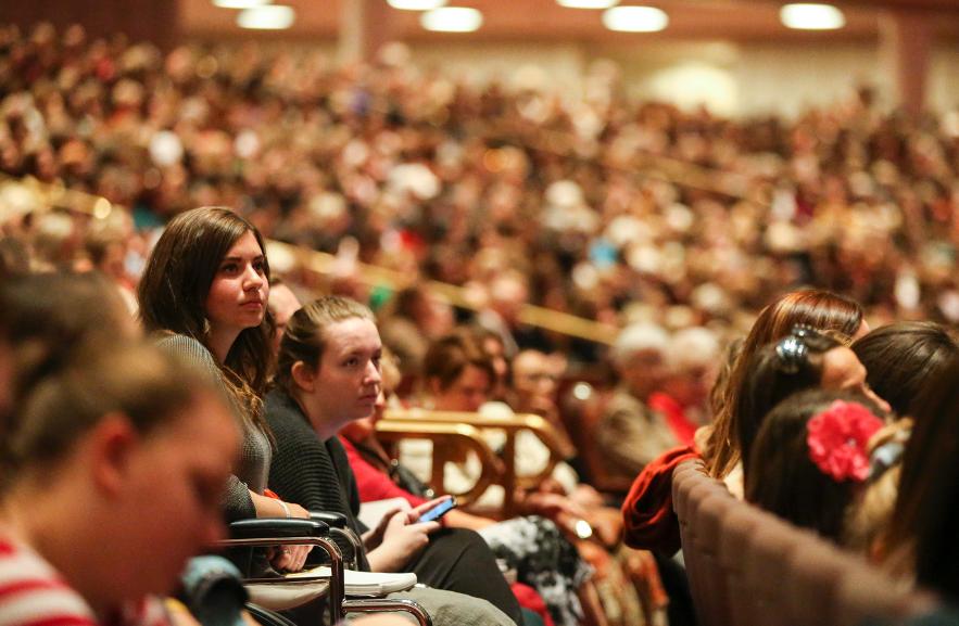 Algumas mulheres ouvem enquanto o Presidente Dallin H. Oaks, primeiro conselheiro na Primeira Presidência, que não aparece na foto, discursa na sessão da manhã de sábado da 189ª Conferência Geral Semestral de A Igreja de Jesus Cristo dos Santos dos Últimos Dias, no Centro de Conferências em Salt Lake City, no sábado, dia 5 de outubro de 2019.