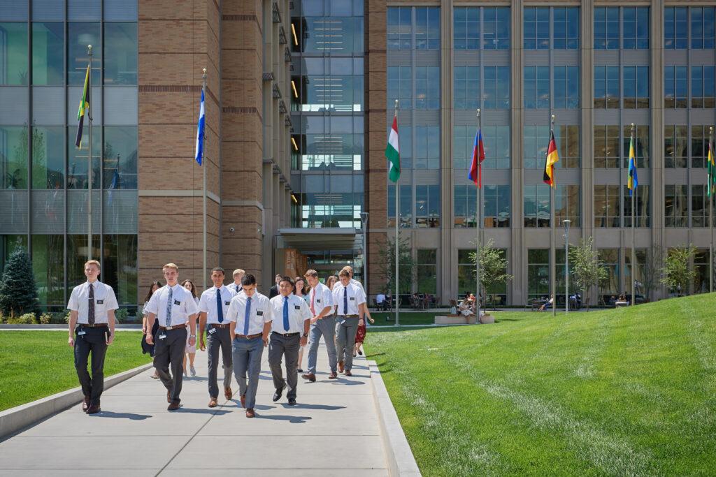 Missionários caminham pela passarela na área externa do Centro de Treinamento Missionário em Provo, Utah.