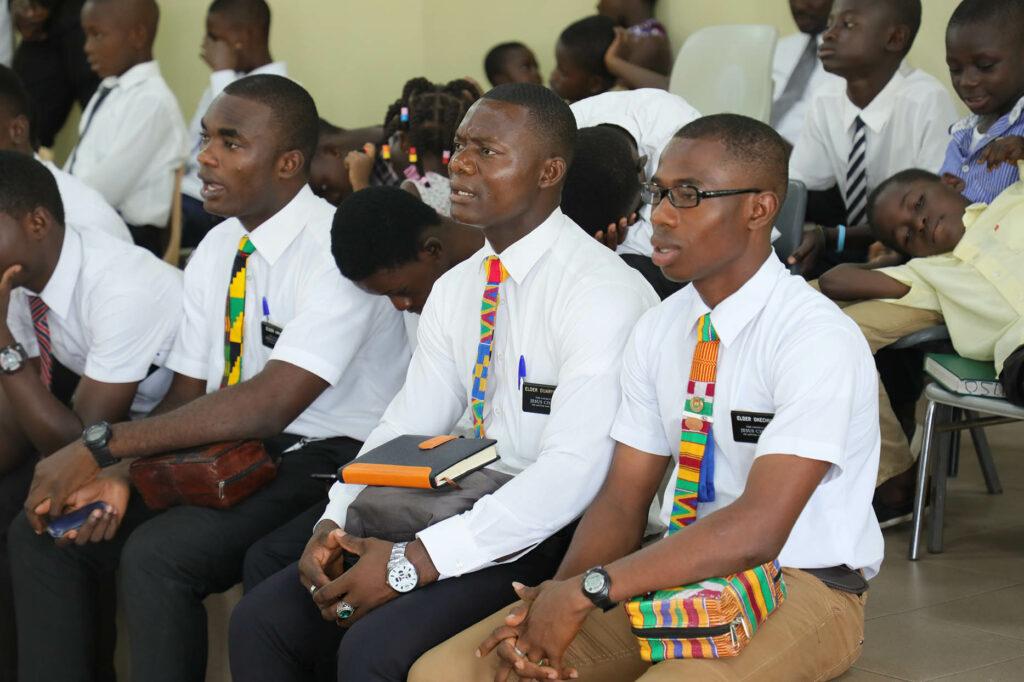 Missionários servindo em Kumasi, Gana, ouvem a conferência de estaca. Élder Neil L. Andersen e Élder Ulisses Soares viajaram pela Área África Oeste entre os dias 19 e 28 de maio de 2018.