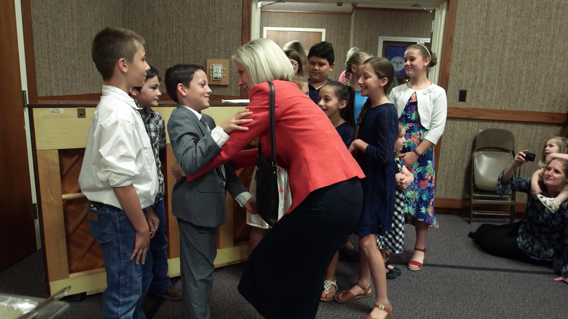 La hermana Joy D. Jones, presidenta general de la Primaria, conoce a niños de la Primaria en Loma Rica, California, después de una reunión sacramental especial para los sobrevivientes del incendio, 29 de octubre de 2017.