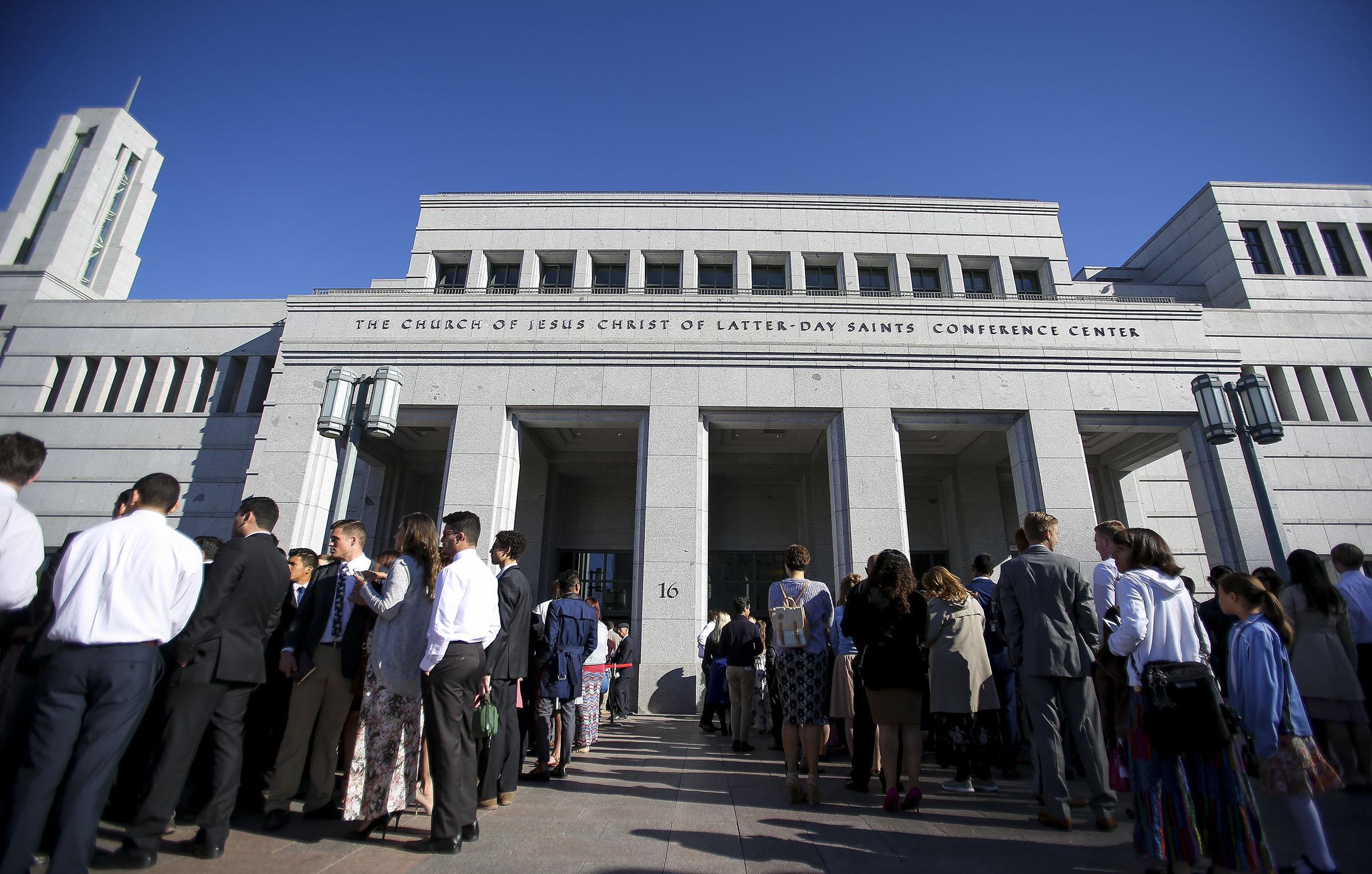 Los asistentes entran al Centro de Conferencias para la sesión de sábado por la mañana de la 187 Conferencia Anual de La Iglesia de Jesucristo de los Santos de los Últimos Días, el 1 de abril de 2017.