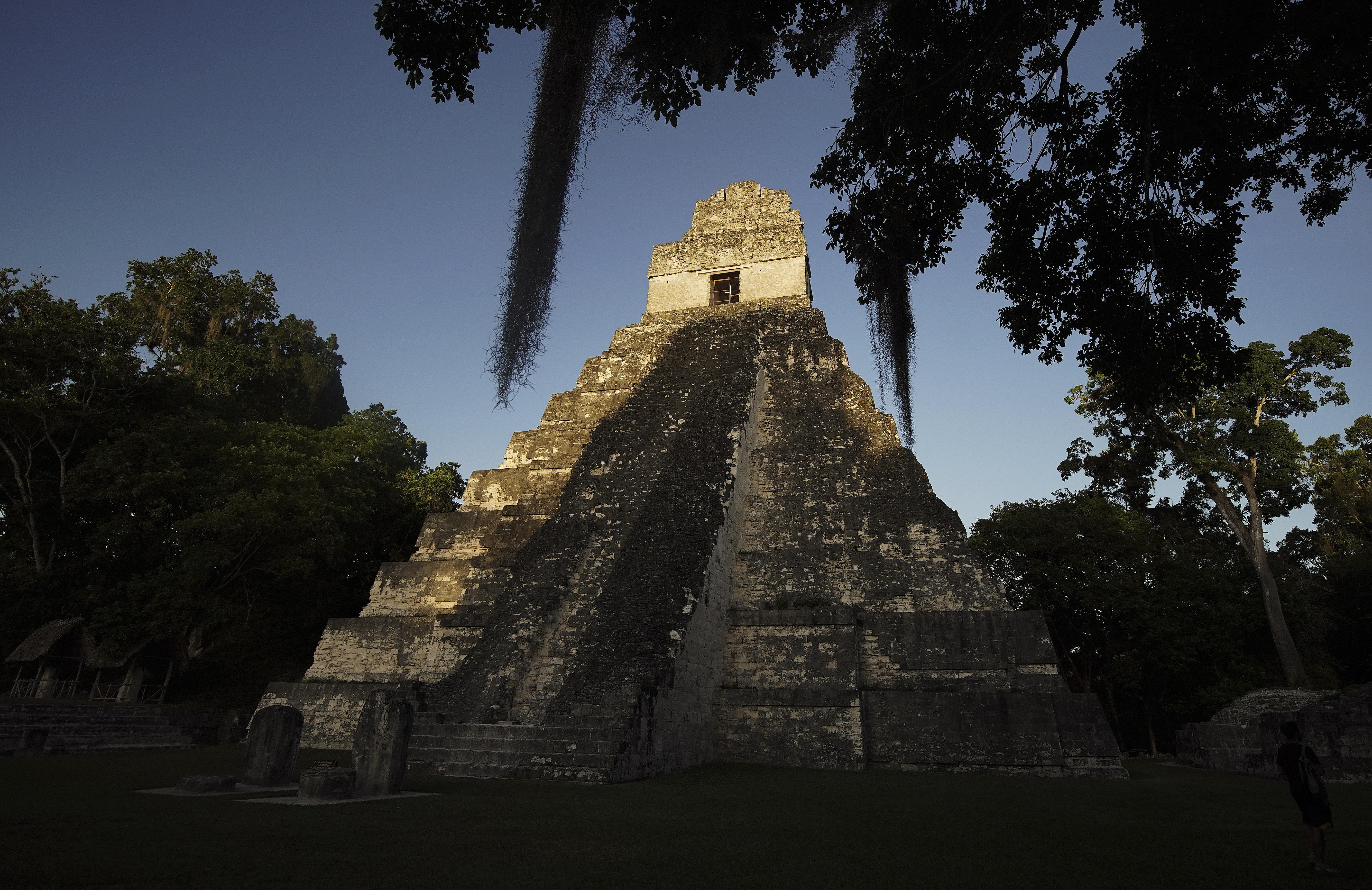 El sol se pone en el templo maya en Tikal, Guatemala, el jueves 22 de agosto de 2019. El presidente Russell M. Nelson, de La Iglesia de Jesucristo de los Santos de los Últimos Días, habló en un devocional en la Ciudad de Guatemala el sábado 24 de agosto.