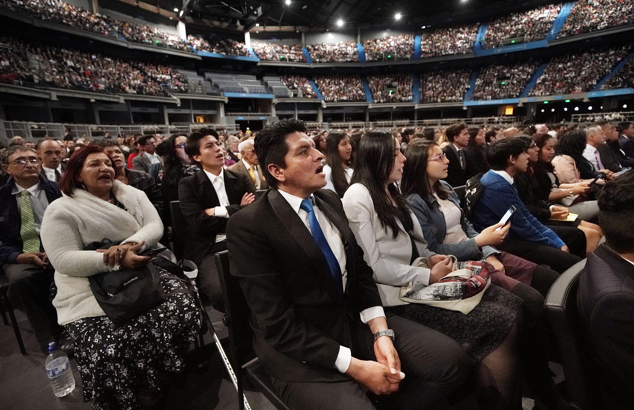 Manuel Pardo se une con su familia y los asistentes en un canto durante un devocional de la gira ministerial latinoamericana en Bogotá, Colombia, el domingo, 25 de agosto de 2019.