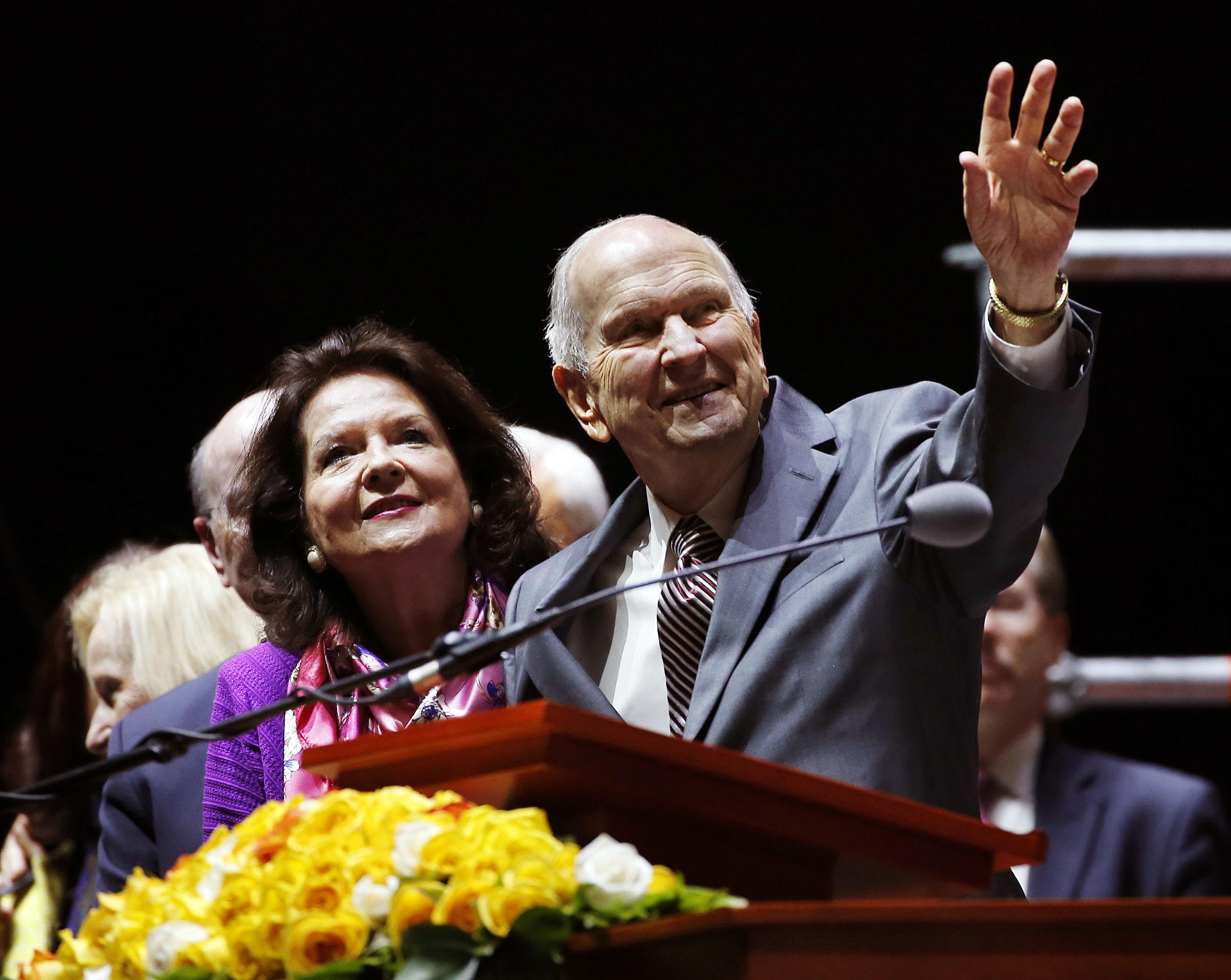 El presidente Russell M. Nelson, de La Iglesia de Jesucristo de los Santos de los Últimos Días, y su esposa, la hermana Wendy Nelson, se despiden al concluir el devocional de la gira ministerial latinoamericana en Bogotá, Colombia, el domingo 25 de agosto de 2019.