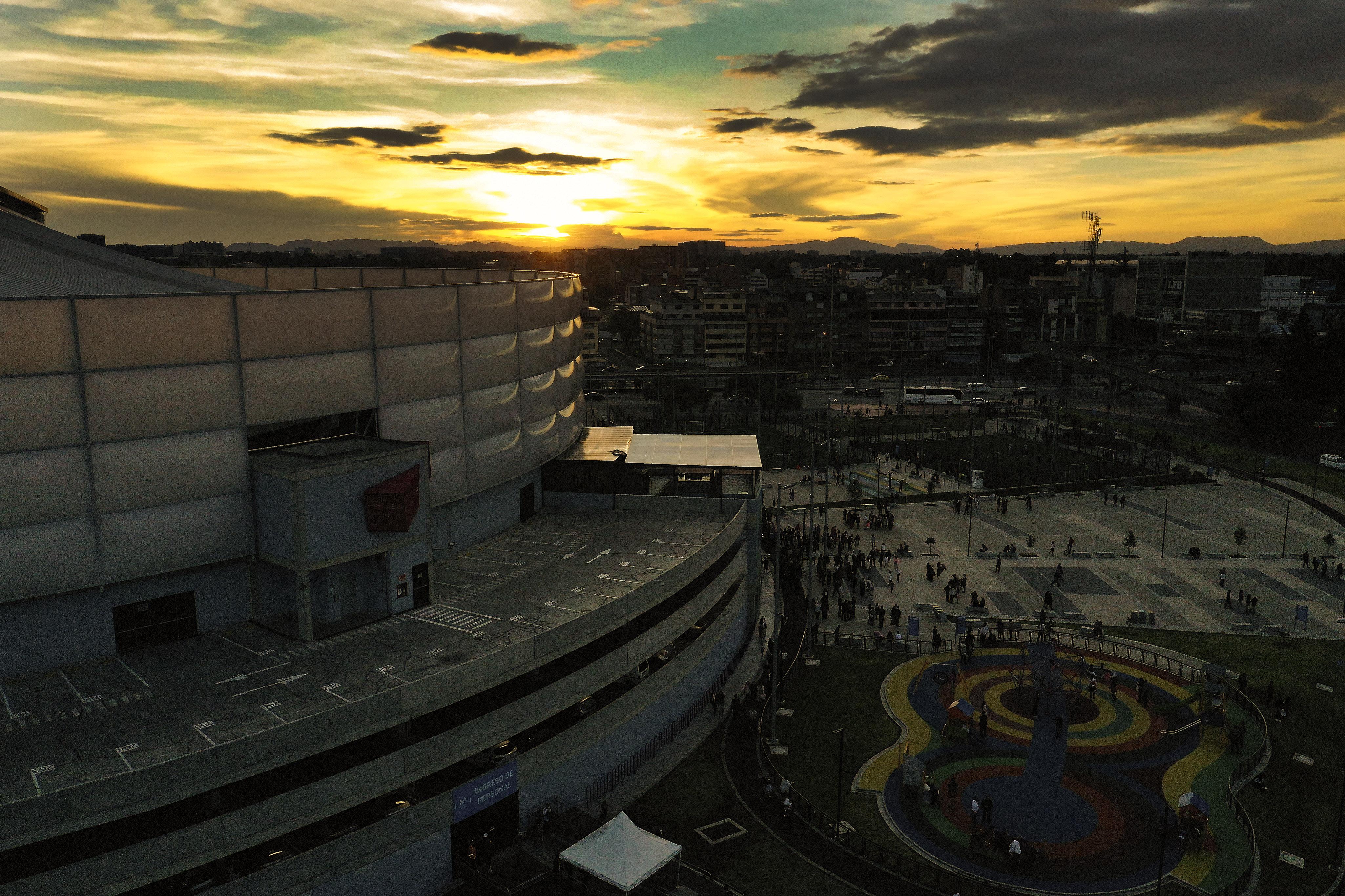 El sol se pone mientras los asistentes salen del devocional en la Arena Movistar en Bogotá, Colombia, el domingo 25 de agosto de 2019.