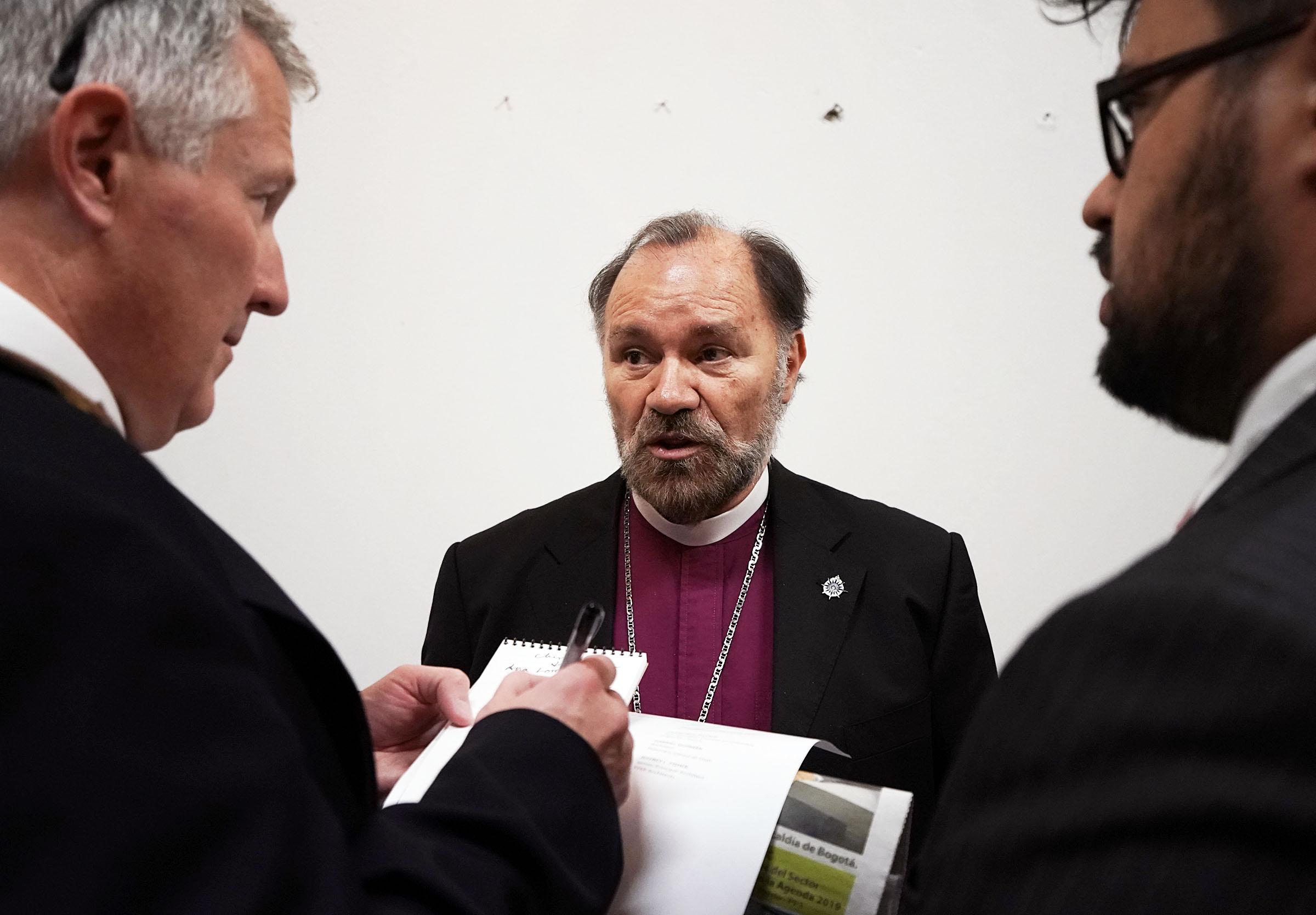 Monseñor Francisco Duque, obispo de la Iglesia Episcopal en Colombia, es entrevistado antes de un devocional de la gira ministerial latinoamericanal en Bogotá, Colombia, el domingo 25 de agosto de 2019.
