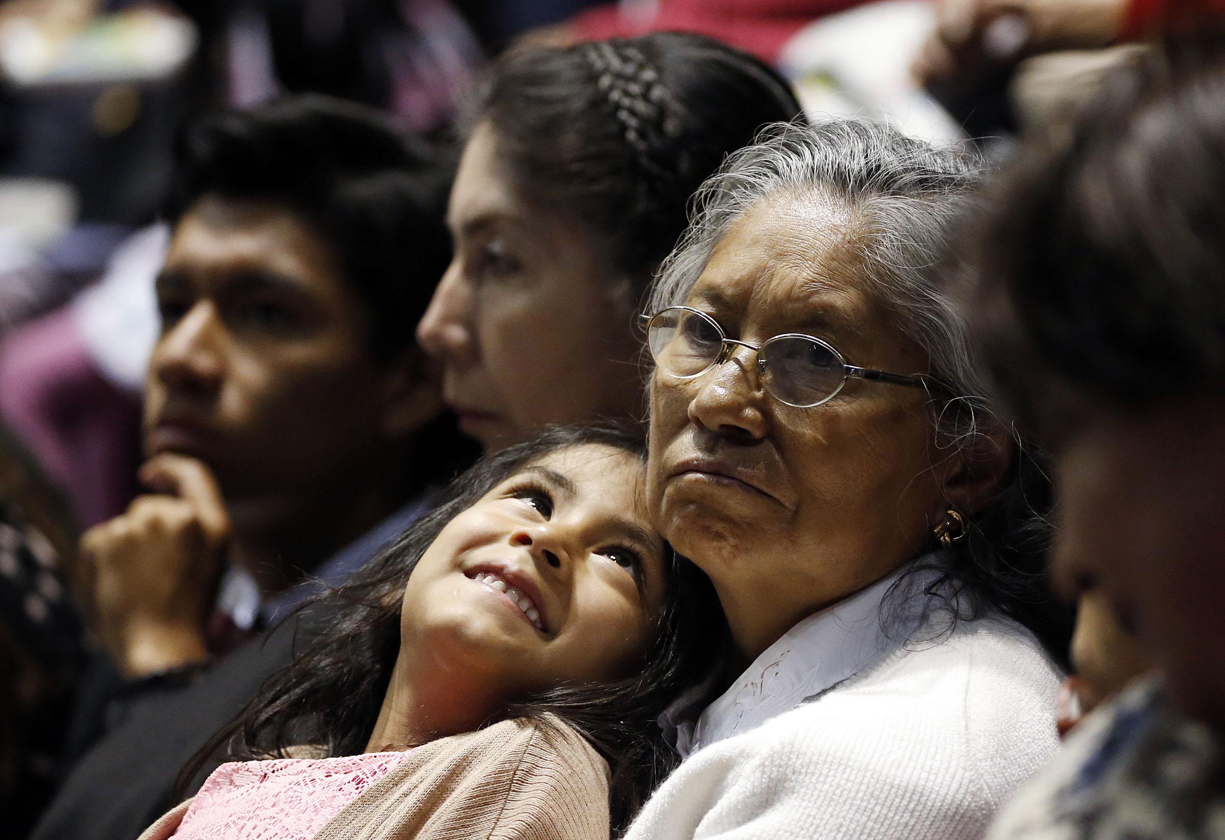 Emma Guaman sostiene a su nieta, Ariana Rodriquez, durante un devocional de la gira ministerial latinoamericana en Quito, Ecuador, el lunes 26 de agosto de 2019.