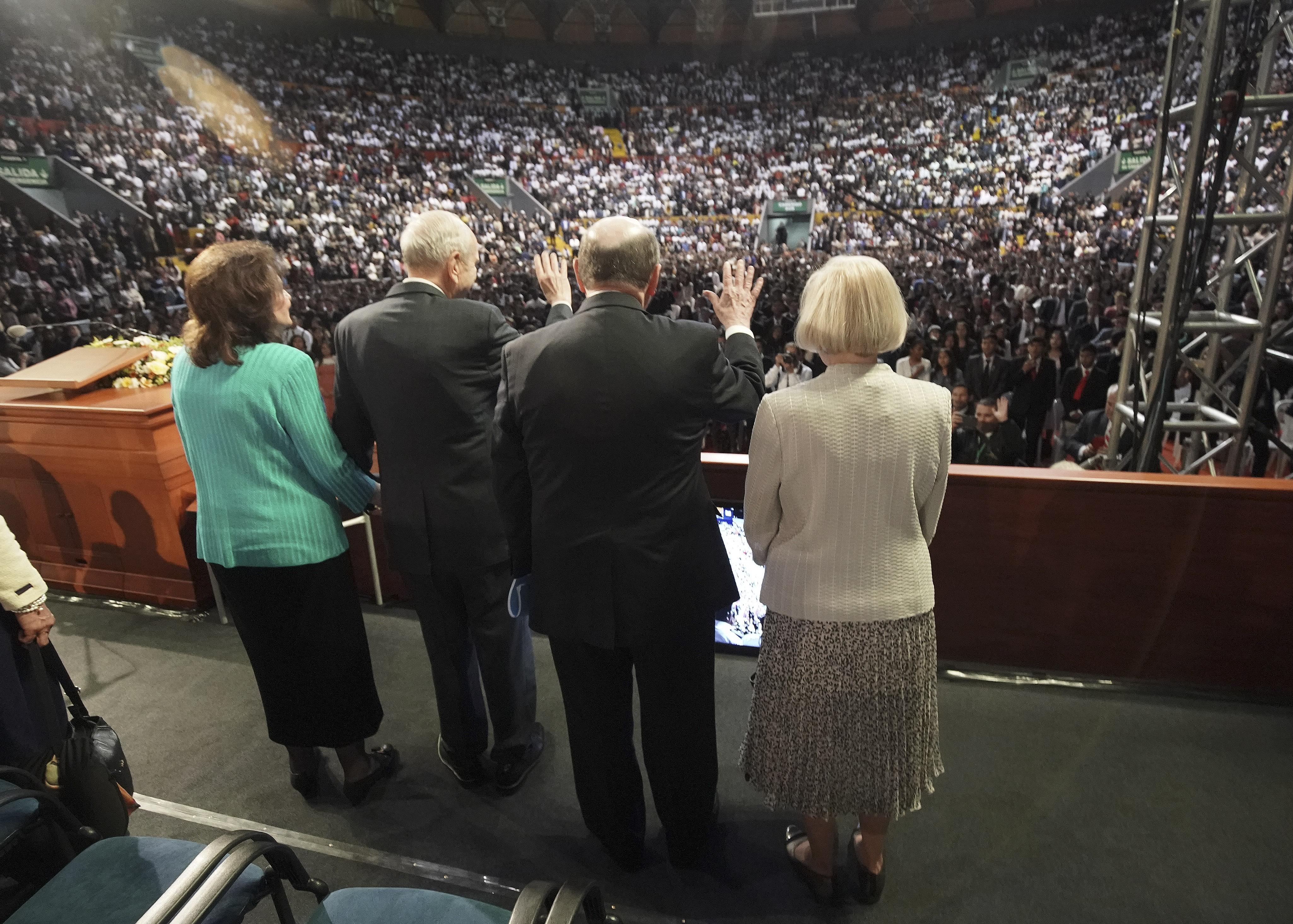 El presidente Russell M. Nelson de La Iglesia de Jesucristo de los Santos de los Últimos Días y su esposa, la hermana Wendy Nelson, y el élder Quentin L. Cook, del Quórum de los Doce Apóstoles, y su esposa, la hermana Mary Cook, saludan a los asistentes después de un devocional en Quito, Ecuador, el lunes 26 de agosto de 2019.
