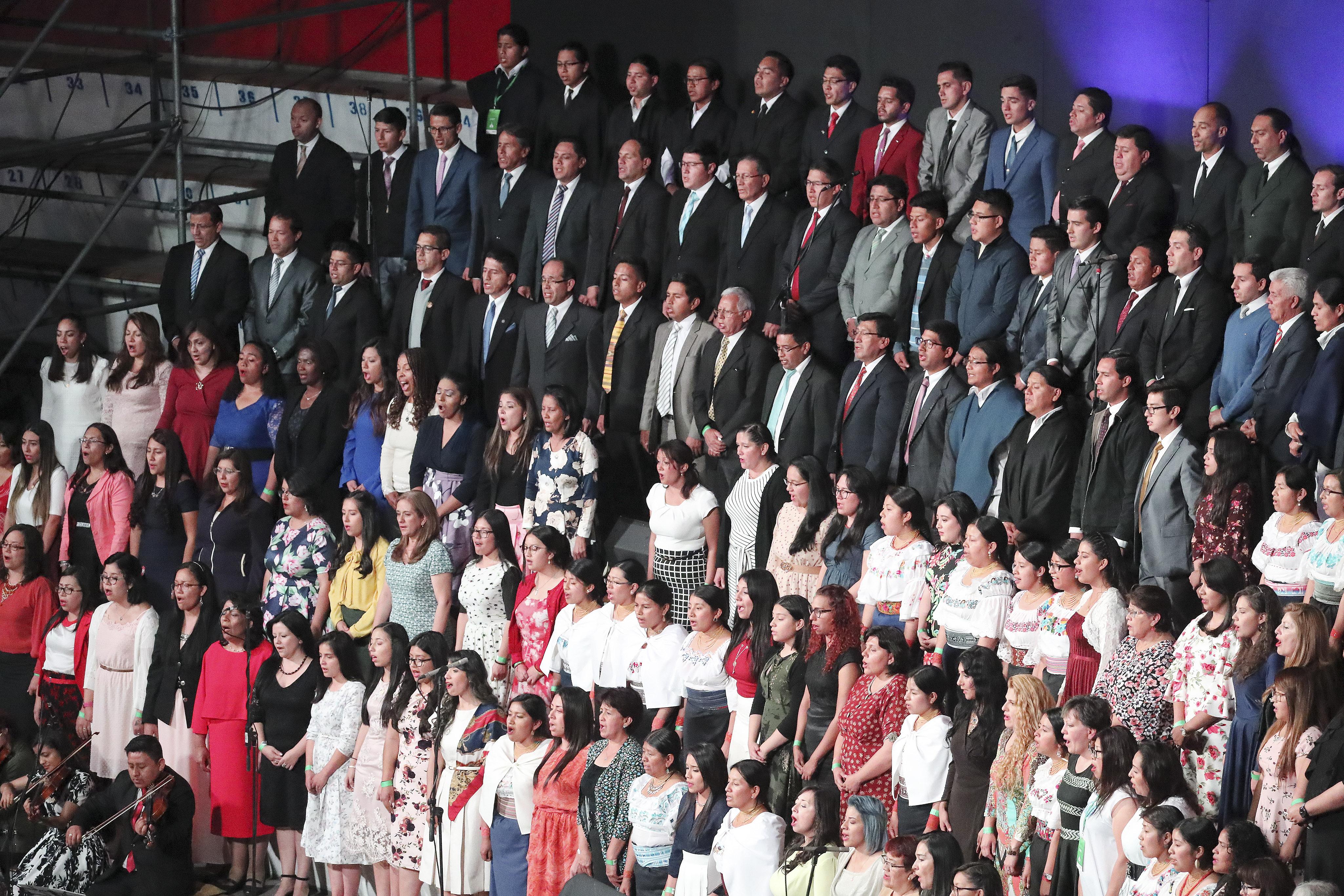 El coro canta durante un devocional en Quito, Ecuador, el lunes 26 de agosto de 2019.