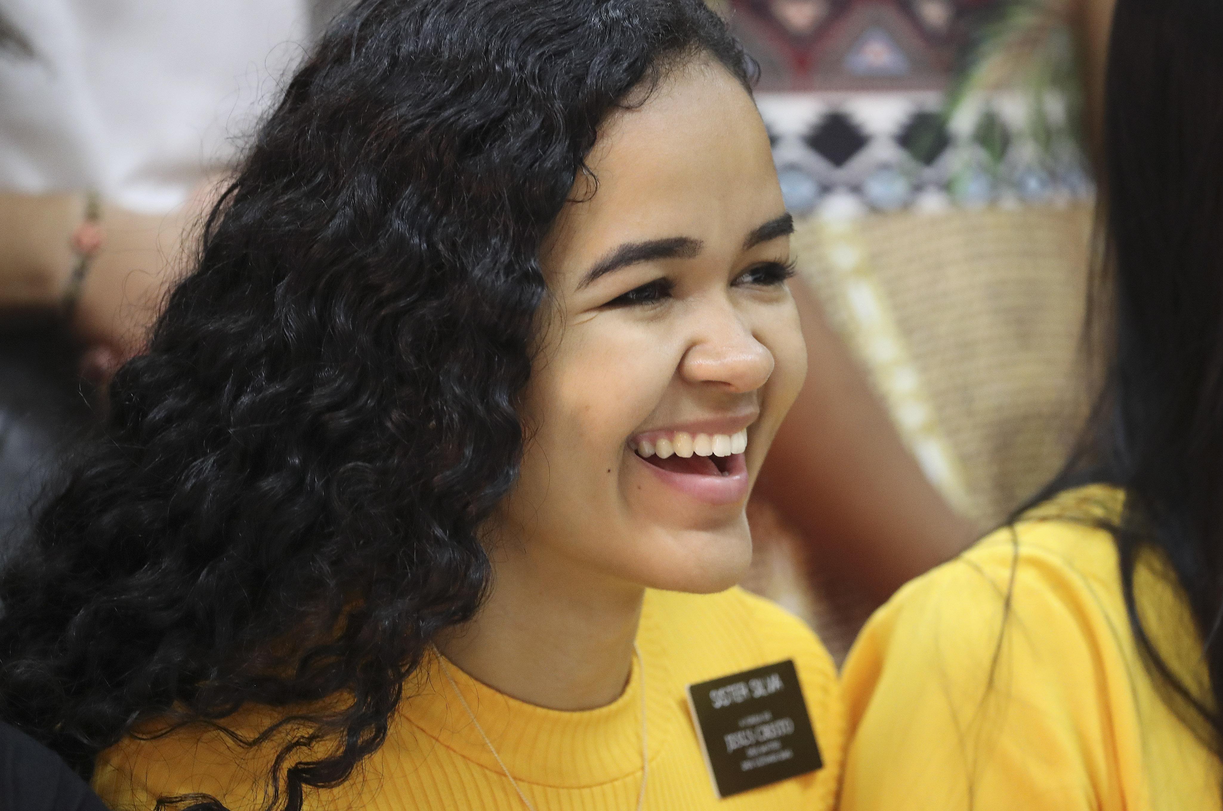 La hermana Josilane Silva sonríe mientras espera al presidente Russell M. Nelson, de La Iglesia de Jesucristo de los Santos de los Últimos Días, durante una reunión con los misioneros en Brasilia, Brasil, el viernes, 30 de agosto de 2019.