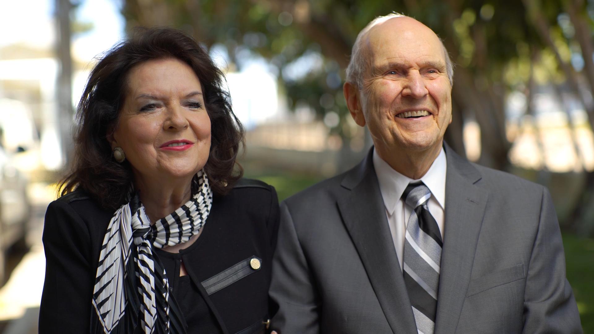 Durante la Gira Ministerial Latinoamericana, la hermana Wendy Nelson y el presidente Russell M. Nelson hablan sobre la comprensión de las leyes de Dios.