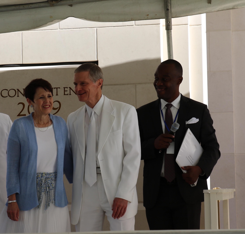 El élder David A. Bednar y la hermana Susan Bednar participan en la ceremonia de la piedra angular durante la dedicación del Templo de Puerto Príncipe Haití en Haití el 1 de septiembre de 2019.