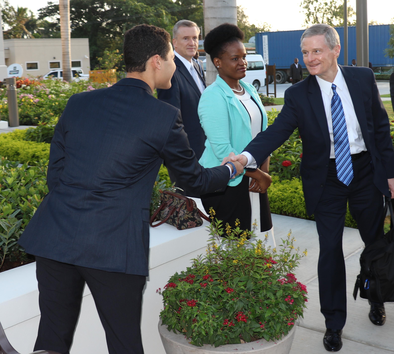 El élder David A. Bednar saluda a los voluntarios durante la dedicación del Templo de Puerto Príncipe, Haití, el 1 de septiembre 2019.