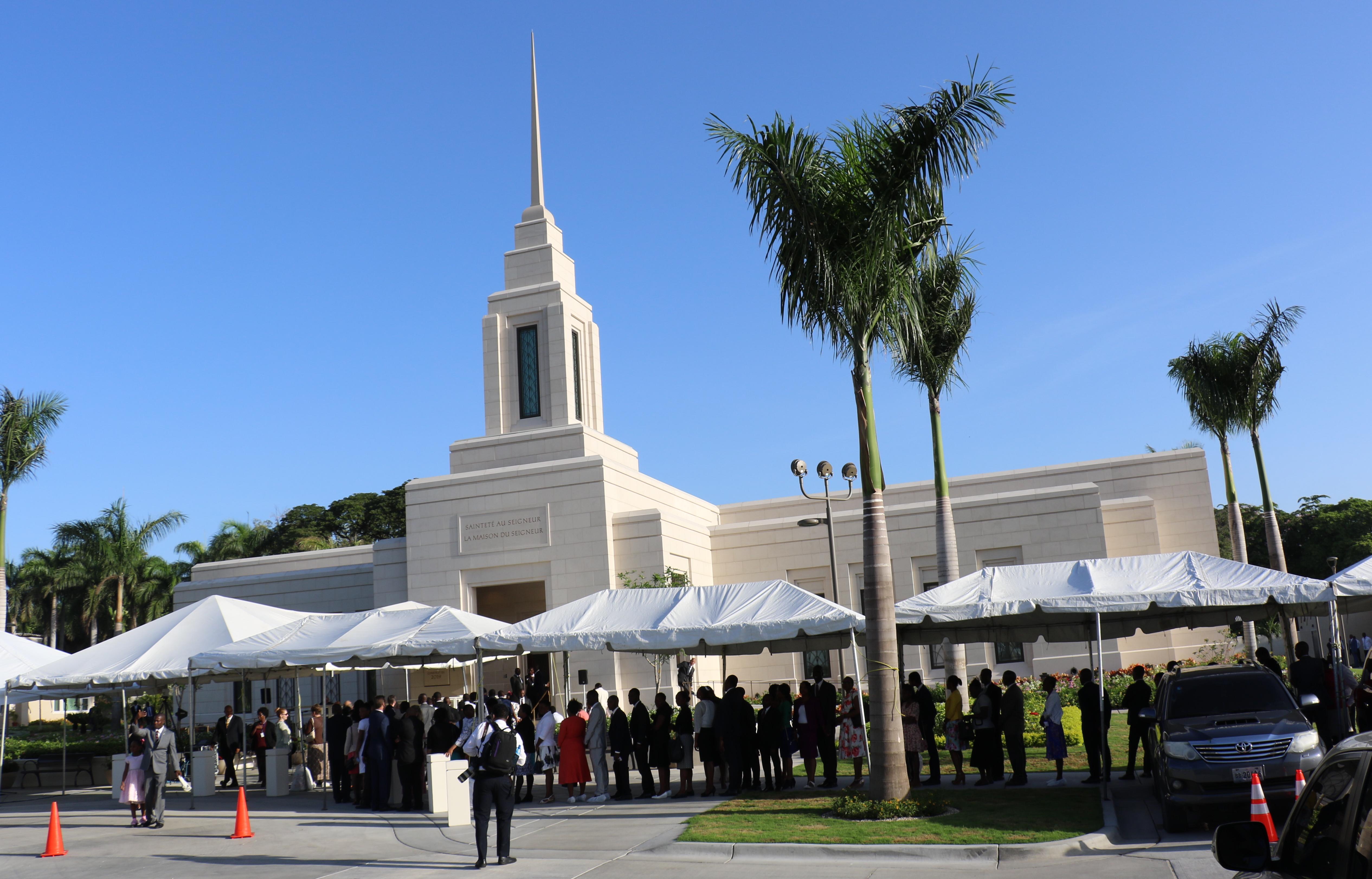 Cientos esperan para entrar al Templo de Puerto Príncipe Haití para la dedicación el 1 de septiembre de 2019.