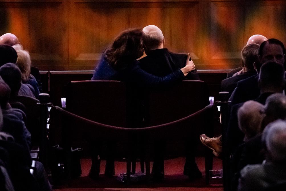 La hermana Wendy Nelson se inclina para besar a su esposo, el presidente Russell M. Nelson, de La Iglesia de Jesucristo de los Santos de los Últimos Días, mientras escuchan a los artistas durante una celebración del 95° cumpleaños del presidente Nelson, en el Centro de Conferencias, en Salt Lake City, el viernes 6 de septiembre de 2019.