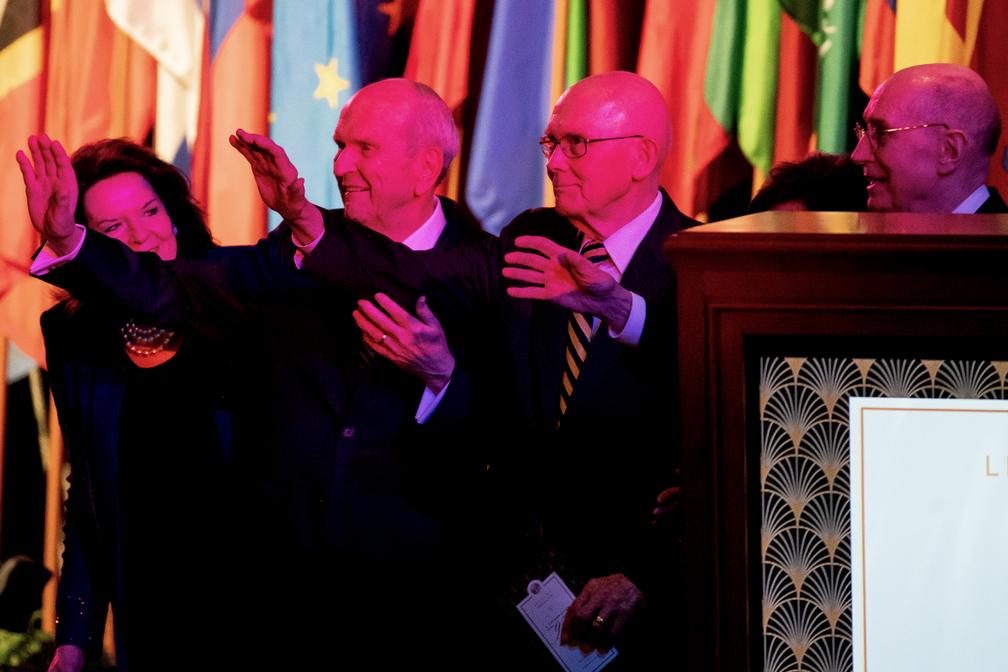 El presidente Russell M. Nelson, de La Iglesia de Jesucristo de los Santos de los Últimos Días, su esposa, la hermana Wendy Nelson, y sus consejeros, el presidente Dallin H. Oaks y el presidente Henry B. Eyring, de la Primera Presidencia, saludan a la gente al final de una celebración del 95° cumpleaños del presidente Nelson, en el Centro de Conferencias, en Salt Lake City, el viernes 6 de septiembre de 2019.