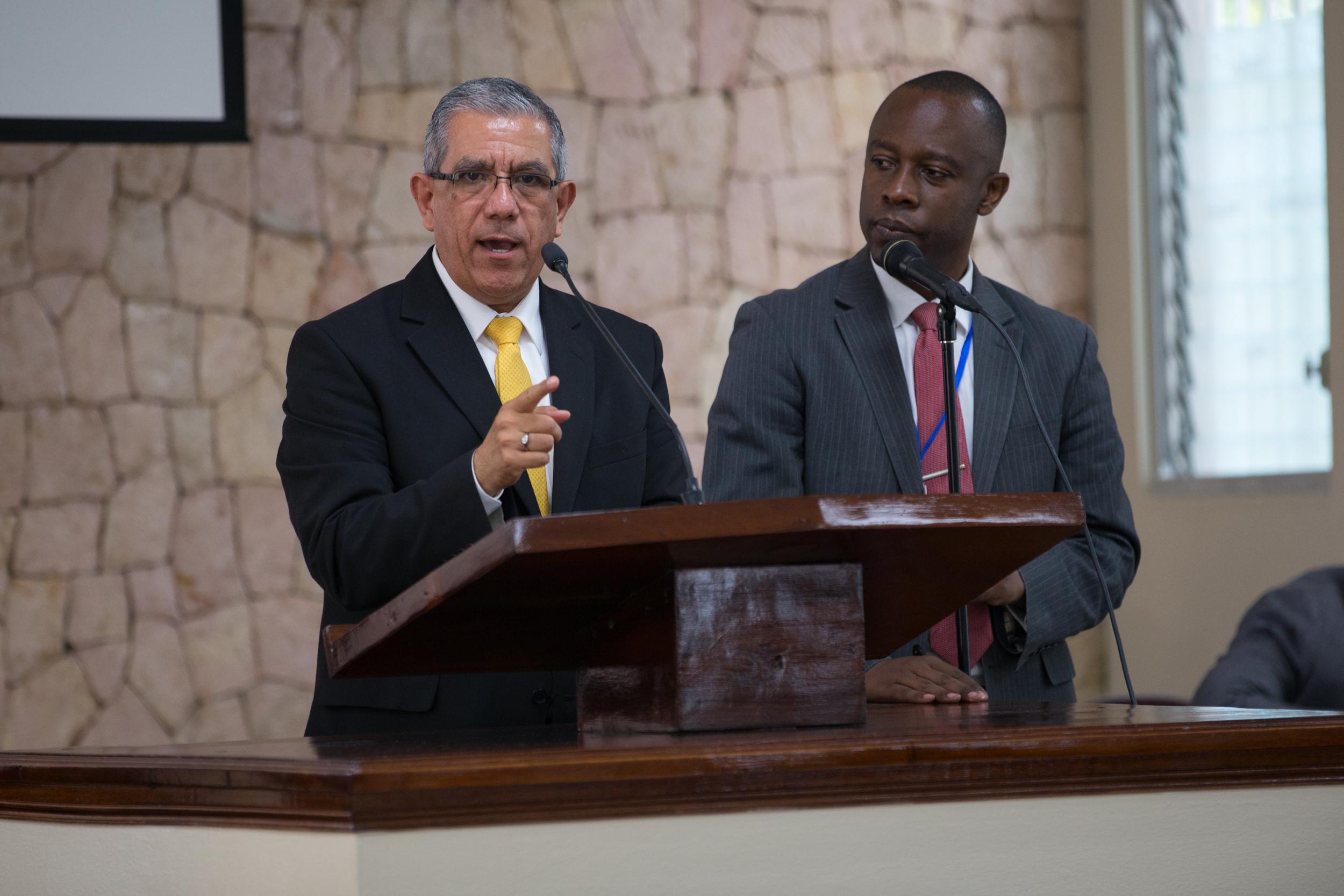 El élder José L. Alonso aconseja a los adolescentes reunidos para un devocional de jóvenes en Puerto Príncipe, Haití, el 31 de agosto de 2019.