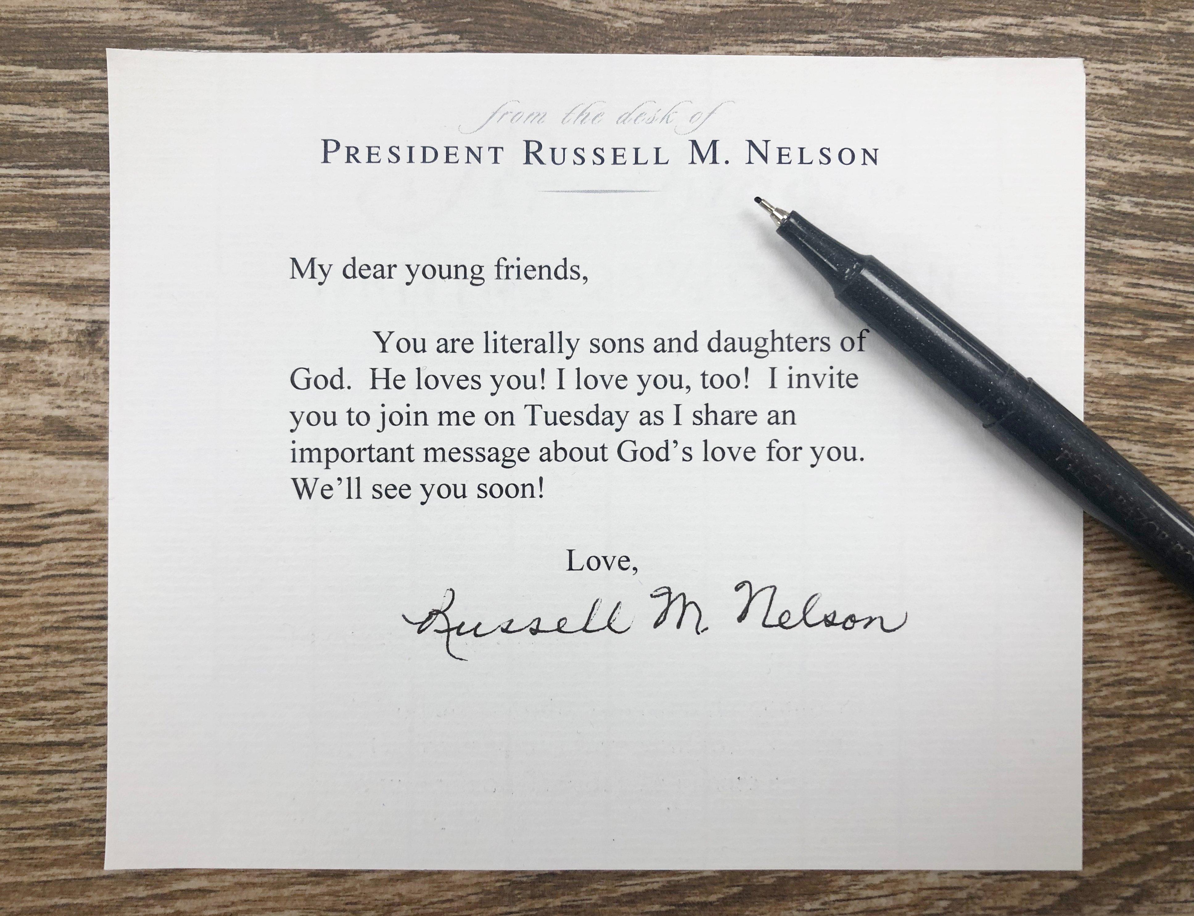 El presidente Russell M. Nelson invita a los jóvenes adultos a escuchar su mensaje sobre el amor que Dios tiene por ellos en el devocional de BYU, el martes, 17 de septiembre de 2019.