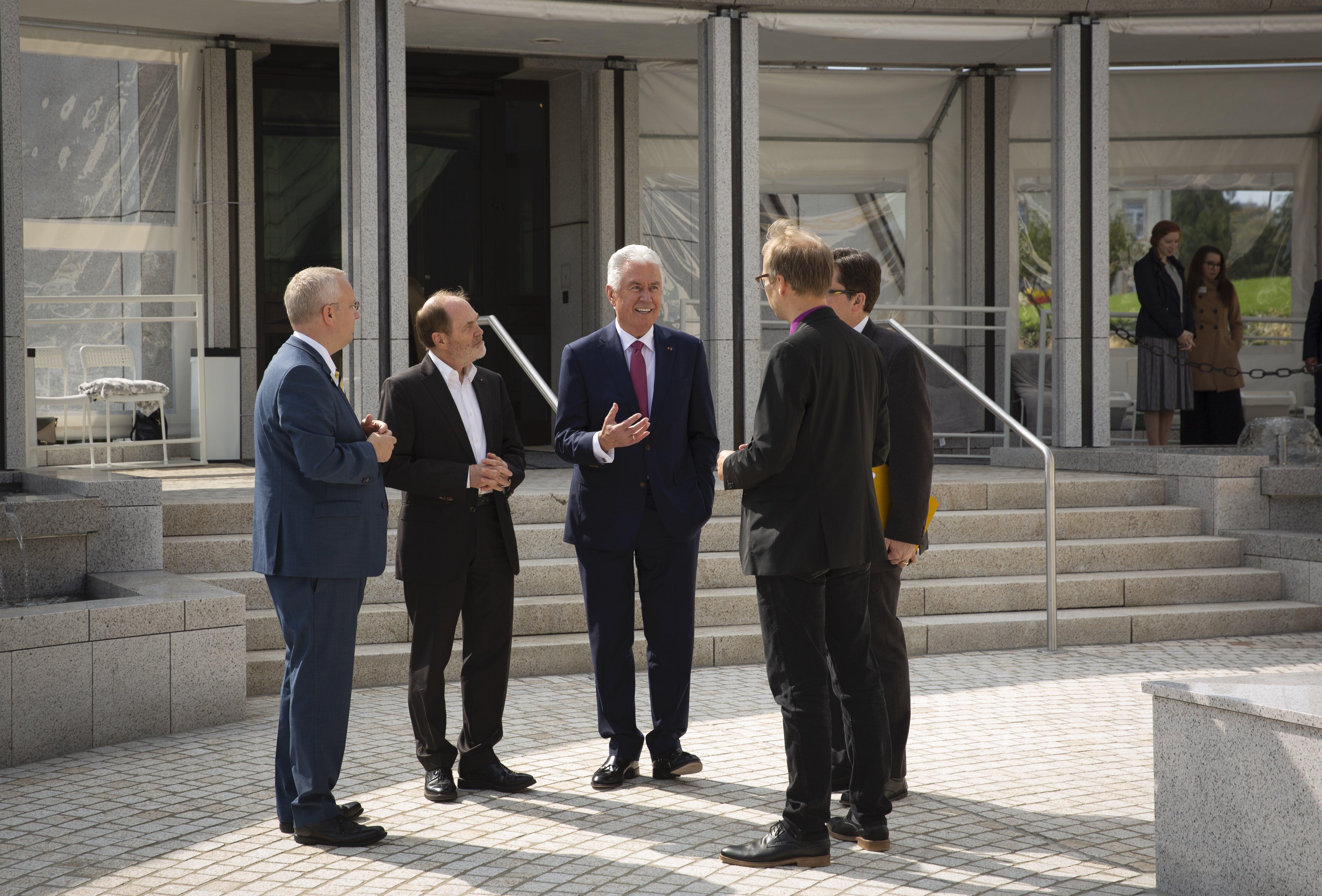 El élder Dieter F. Uchtdorf habla con periodistas fuera del Templo de Frankfurt en Friedrichsdorf, Alemania, el martes 10 de septiembre de 2019.