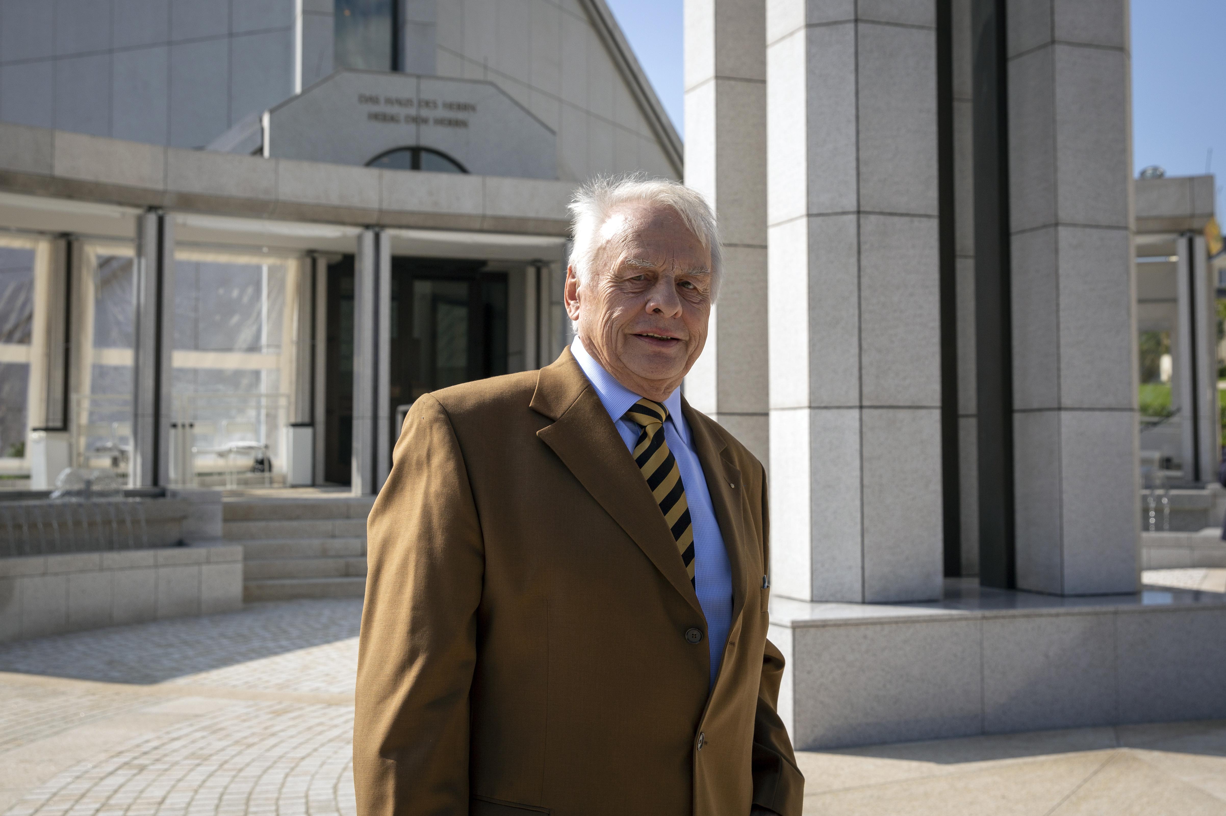 Karl Günther Petry, quien ha servido en el ayuntamiento de la ciudad de Friedrichsdorf durante 51 años, posa frente al Templo de Frankfurt en Friedrichsdorf, Alemania, el martes 10 de septiembre de 2019.