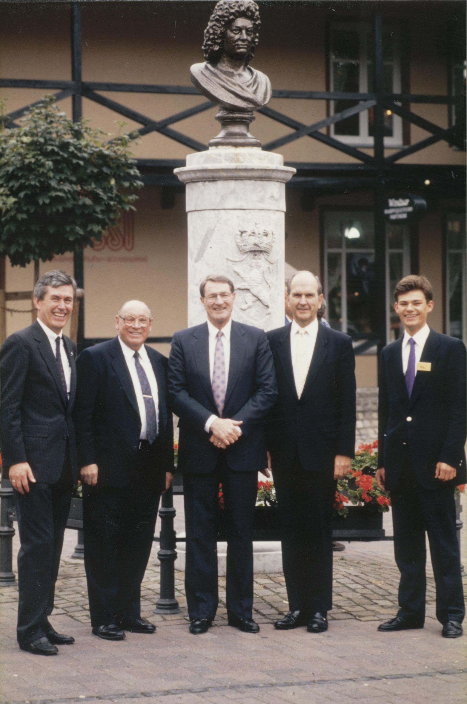 Dieter F. Uchtdorf, que servía como presidente del comité del Templo de Frankfurt, y su hijo Guido, posan con el élder Joseph B. Wirthlin, el élder Neal A. Maxwell y el élder Russell M. Nelson durante la casa abierta del Templo de Frankfurt Alemania en 1987.