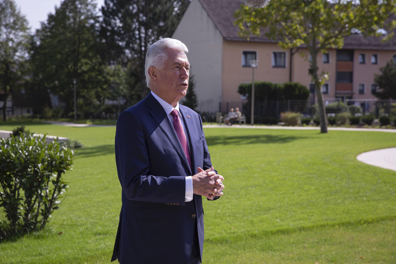 El élder Dieter F. Uchtdorf habla con periodistas frente al Templo de Frankfurt en Friedrichsdorf, Alemania, el martes 10 de septiembre de 2019.