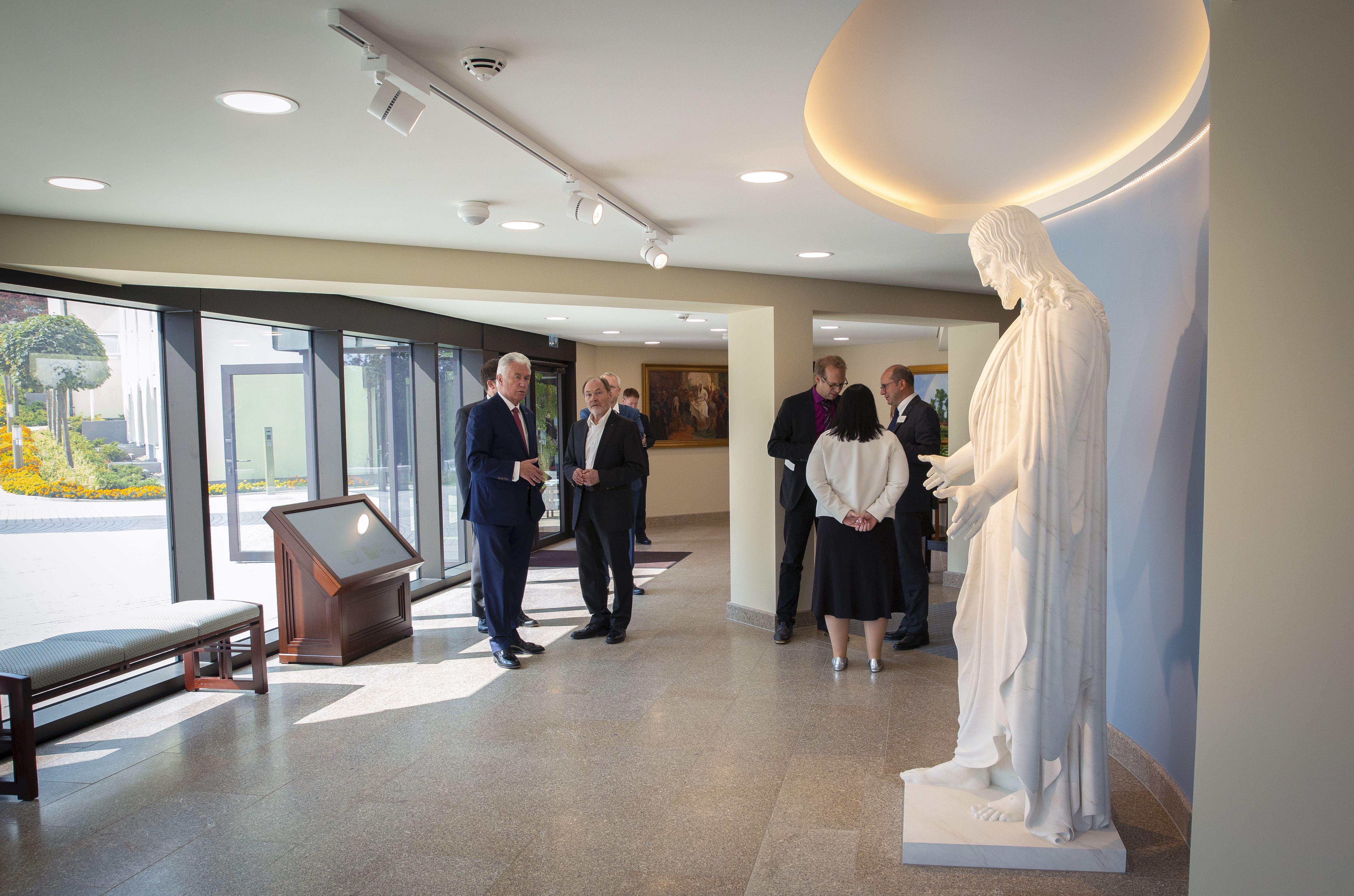 El élder Dieter F. Uchtdorf, izquierda, le enseña a Wolfgang Thielman — periodista de Die Zeit, un gran e importante periódico alemán — la estatua del Christus en el Centro de Visitantes del Templo de Frankfurt en Friedrichsdorf, Alemania, el martes 10 de septiembre de 2019.