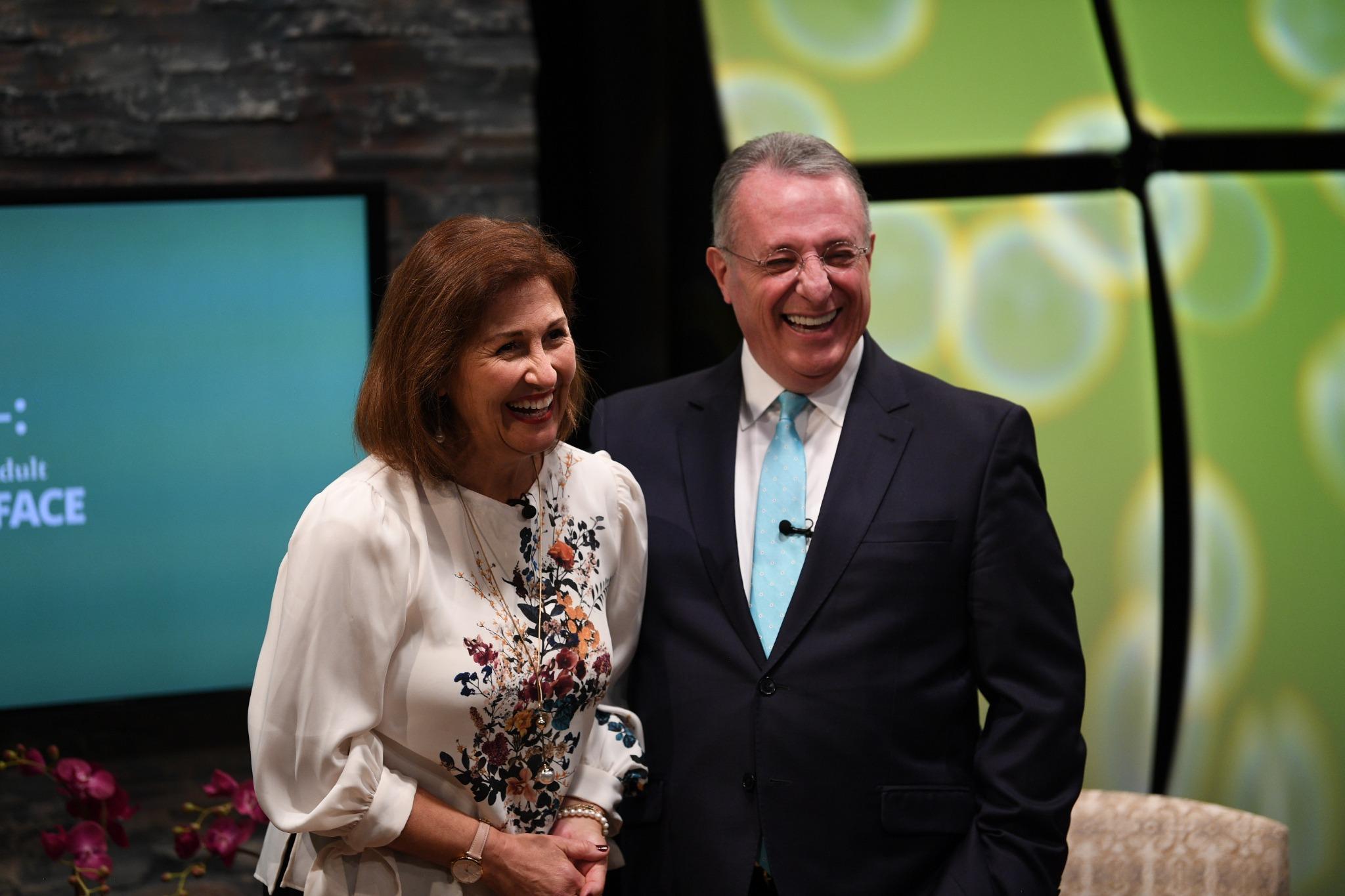 El élder Ulisses Soares, del Quórum de los Doce Apóstoles, presenta a su esposa, Rosana, a la audiencia de jóvenes adultos en el Devocional Mundial Cara a Cara, el domingo, 15 de septiembre de 2019.