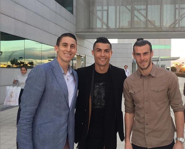 El jugador del Real Madrid y santo de los últimos días, Jaycee Carroll, izquierda, posa para una foto con Cristiano Ronaldo, centro, un jugador profesional de fútbol portugués, y Gareth Bale, un jugador profesional de fútbol galés que juega para el club español, Real Madrid.