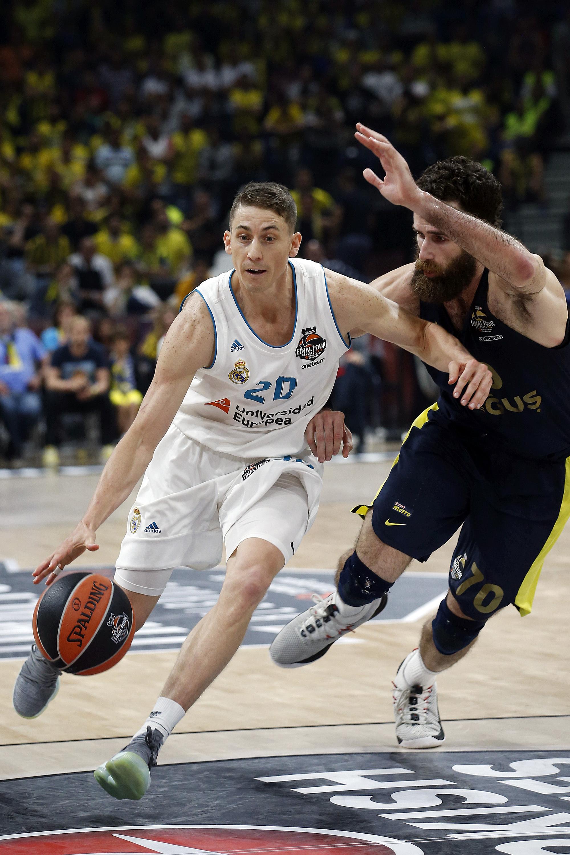 Jaycee Carroll, del Real Madrid, regatea con el balón cuando Luigi Datome, del Fenerbahçe, lo bloquea durante la final de baloncesto de la Final Four Euroleague entre el Real Madrid y el Fenerbahçe, en Belgrado, Serbia, el domingo 20 de mayo de 2019.