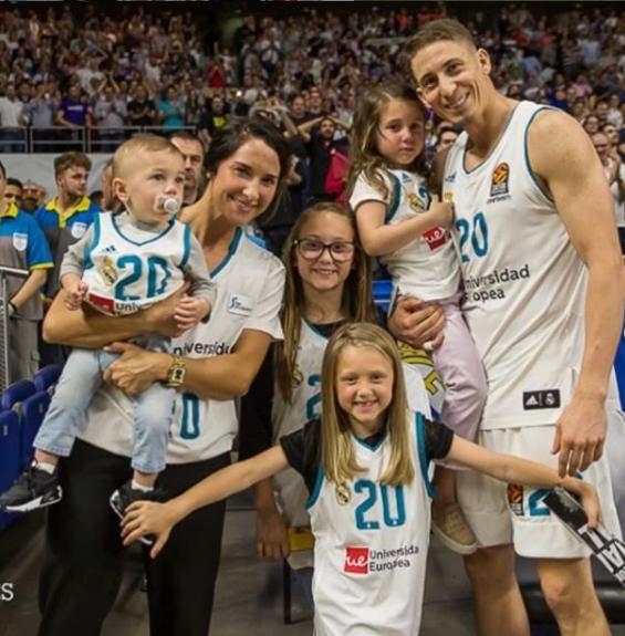 El jugador del Real Madrid y santo de los últimos días, Jaycee Carroll, junto con su esposa, Baylee, y sus cuatro hijos.
