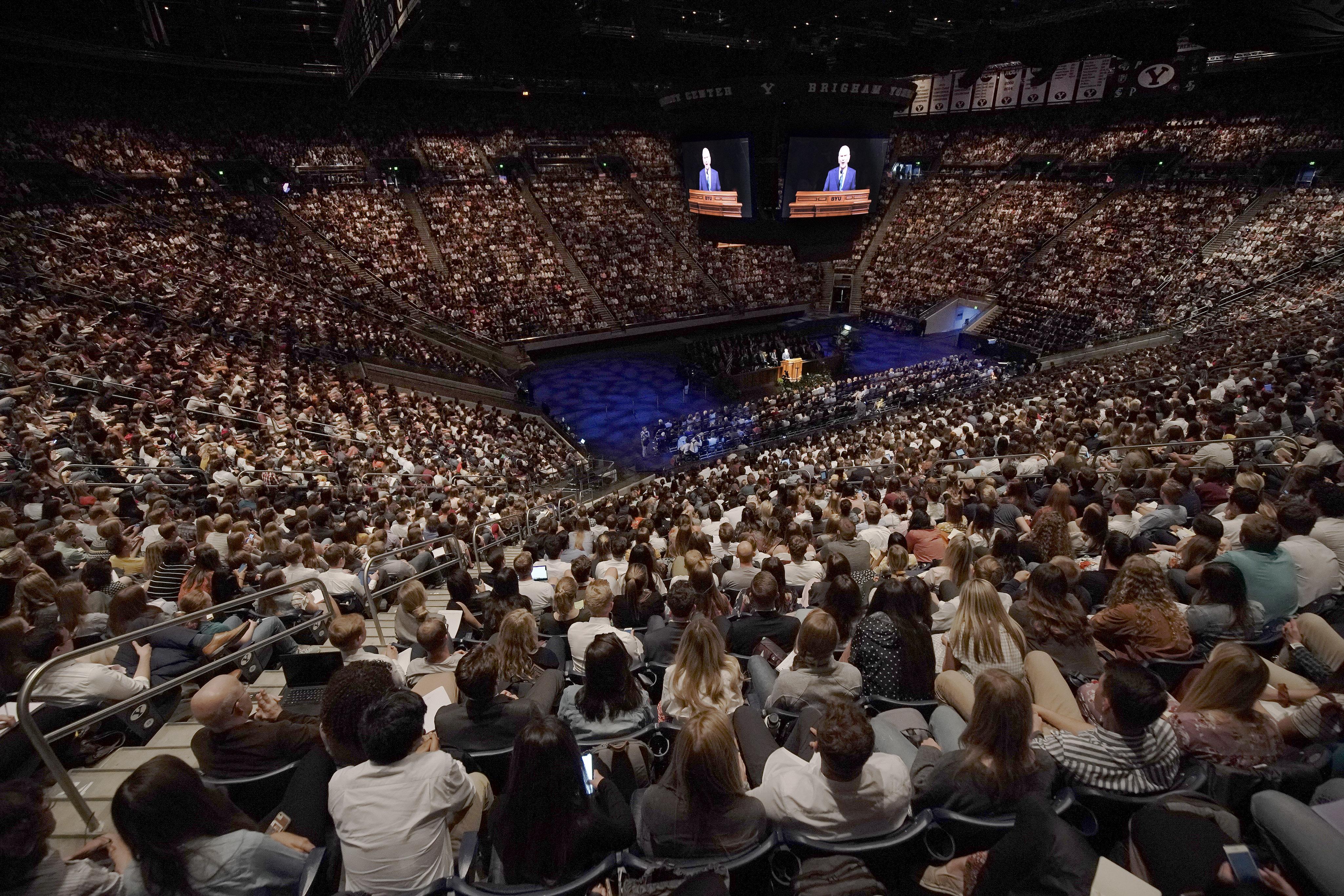El presidente Russell M. Nelson, de La Iglesia de Jesucristo de los Santos de los Últimos días, habla durante un devocional en la Universidad de Brigham Young en Provo, el martes 17 de septiembre de 2019.