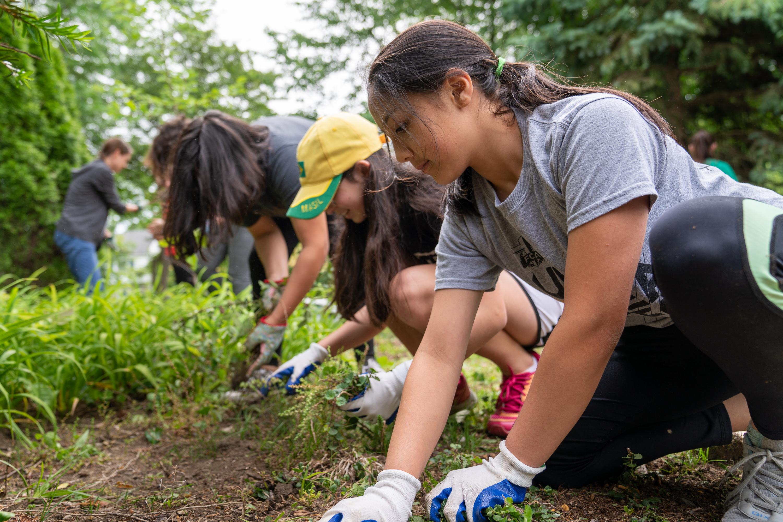 Mujeres jóvenes participan en un proyecto de servicio en Columbus, Ohio. Servicio y actividades son un componente clave en el nuevo programa Niños y jóvenes.