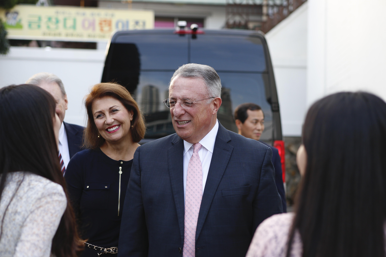 Élder Ulisses Soares y la hermana Rosana Soares llegan al devocional para jóvenes adultos solteros en Seúl, Corea del Sur.