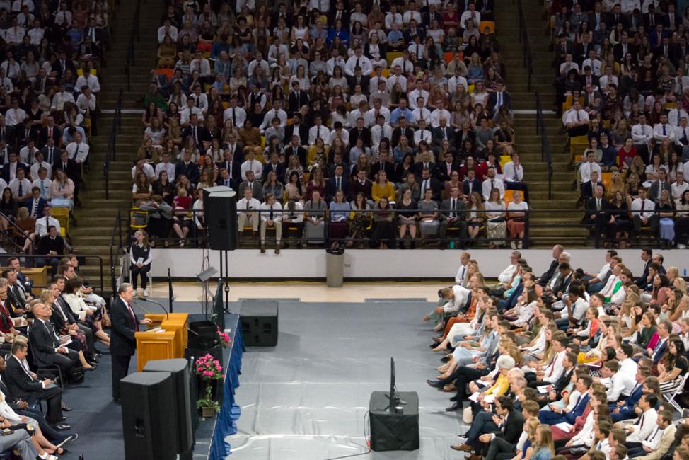 El élder Jeffrey R. Holland del Cuórum de los Doce Apóstoles habla en un devocional en la Universidad Estatal de Utah, patrocinado por el Instituto de Religión de Logan, el 22 de septiembre de 2019. El Dee Glen Smith Spectrum estaba lleno a capacidad.