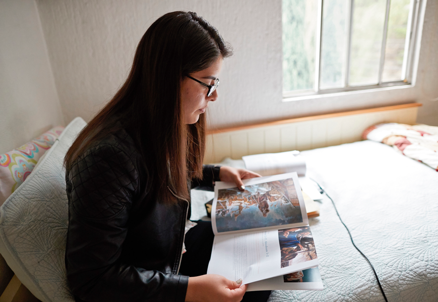 """Comenzando en enero de 2020, el curso de estudio """"Ven, sígueme"""" para el Sacerdocio Aarónico y para las Mujeres Jóvenes estará alineado con """"Ven, sígueme — Para uso individual y familiar""""."""