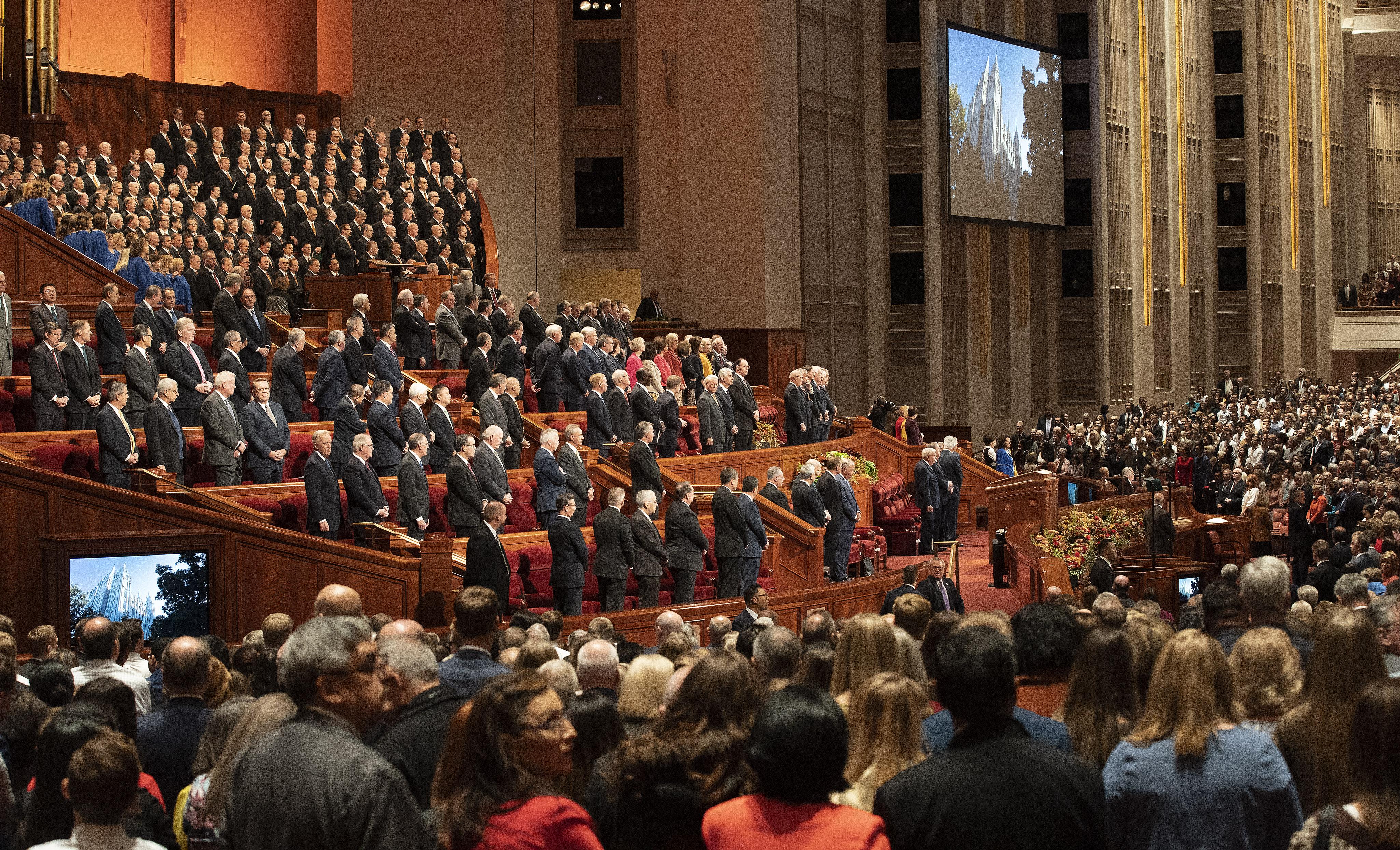 Las autoridades generales esperan al presidente Russell M. Nelson, de La Iglesia de Jesucristo de los Santos de los Últimos Días, antes de la sesión matutina del sábado de la Conferencia General Semestral N°189 en el Centro de Conferencias en Salt Lake City, el sábado 5 de octubre de 2019.