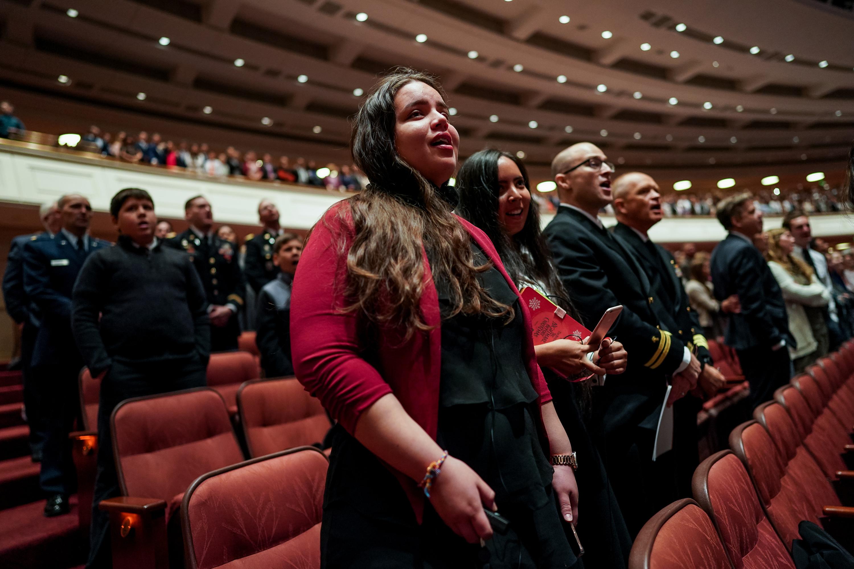 La congregación canta junto al Coro del Tabernáculo de la Manzana del Templo durante la sesión matutina del sábado de la Conferencia General Semestral N°189 de La Iglesia de Jesucristo de los Santos de los Últimos Días, en el Centro de Conferencias en Salt Lake City, el sábado 5 de octubre de 2019.