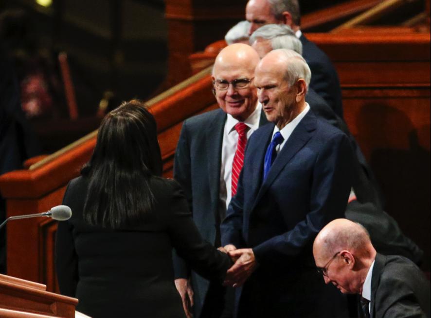 Presidente Russell M. Nelson estrecha la mano de Carol Costley al finalizar la Sesión de Mujeres de la Conferencia General semi-anual 189 de La Iglesia de Jesucristo de los Santos de los Últimos Días, con el presidente Dallin H. Oaks, primer consejero de la Primera Presidencia, a la derecha, en el Centro de Conferencias en Salt Lake City, el sábado 5 de octubre de 2019.