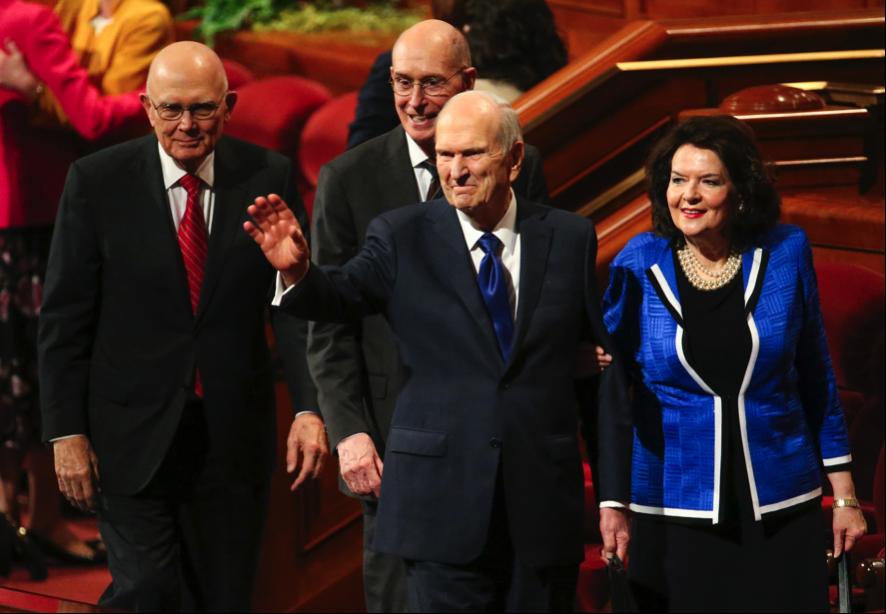 Presidente Russell M. Nelson, al centro, saluda a la multitud después de la Sesión de Mujeres de la Conferencia General semi-anual 189 de La Iglesia de Jesucristo de los Santos de los Últimos Días, en Salt Lake City, el sábado 5 de octubre de 2019. Detrás de él están el presidente Dallin H. Oaks, primer consejero de la Primera Presidencia, a la izquierda, y el presidente Henry B. Eyring, segundo consejero de la Primera Presidencia, y a la derecha está la hermana Wendy Nelson, la esposa del presidente Nelson.